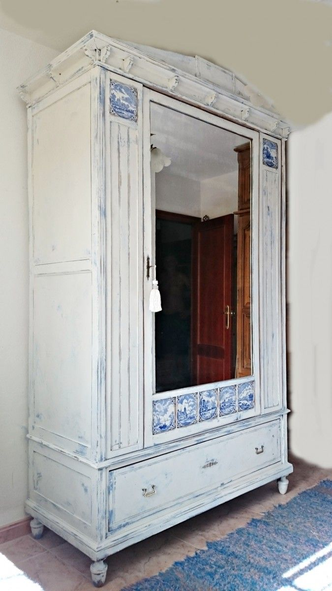 Antiguo armario en blanco y azul decapado | Bohemian and Chic ...