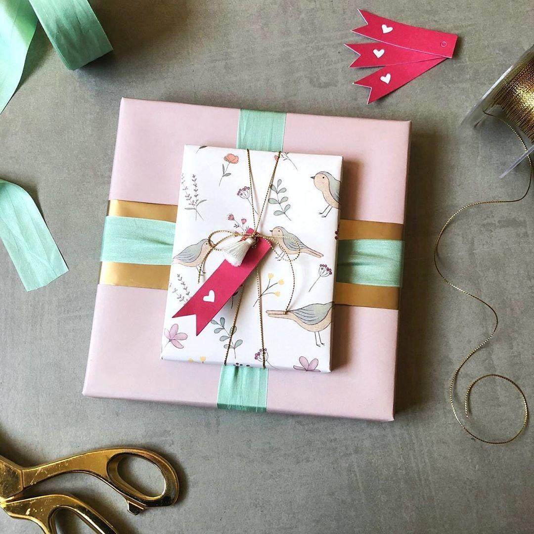 ق رطاس ي ــــة ر و انـــــ On Instagram بعض اله دايا تص ل إلى ق لبك على ش اك لة إحس اس داف يء لط يف أكثر من كونها هدية و Gifts Gift Wrapping Diy Gift