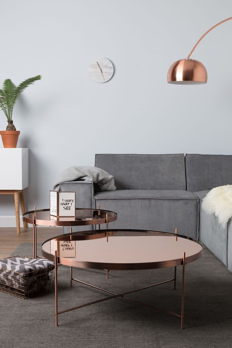 table basse ronde en métal cuivré, lampadaire assorti et canapé d ...