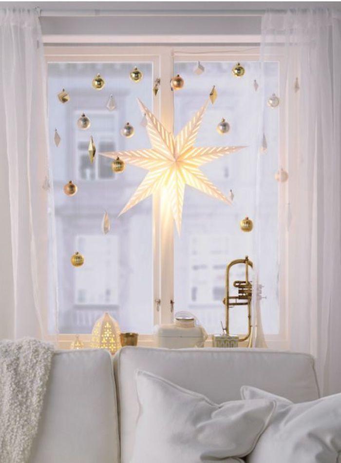 weihnachtliche deko dekorative elemente an dem fenster im wohnzimmer