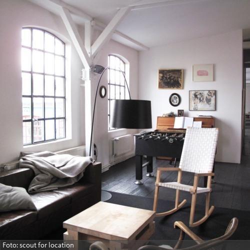 Sitzecke und Kickertisch im Wohnzimmer roomido Touto-san - sitzecke wohnzimmer design