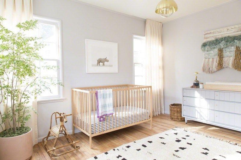 Chambre Bébé Fille Avec Un Lit En Bois Et Tapis
