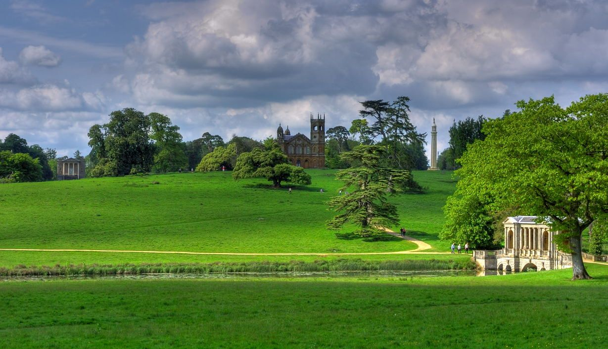 Richard Temple stworzył w Stowe prawdopodobnie najbardziej ambitny ogród w Anglii. Był bowiem wyrazem sprzeciwu wobec arogancji rządu oraz skorumpowanej polityki. W tym celu utworzono 8 jezior, wzniesiono ok. 40 budowli i prawie 6,5 km aha. Moralizatorskie nauki ukryte w poszczególnych obiektach skierowane były przede wszystkim do młodych obywateli, by nie popełniali błędów przeszłości.