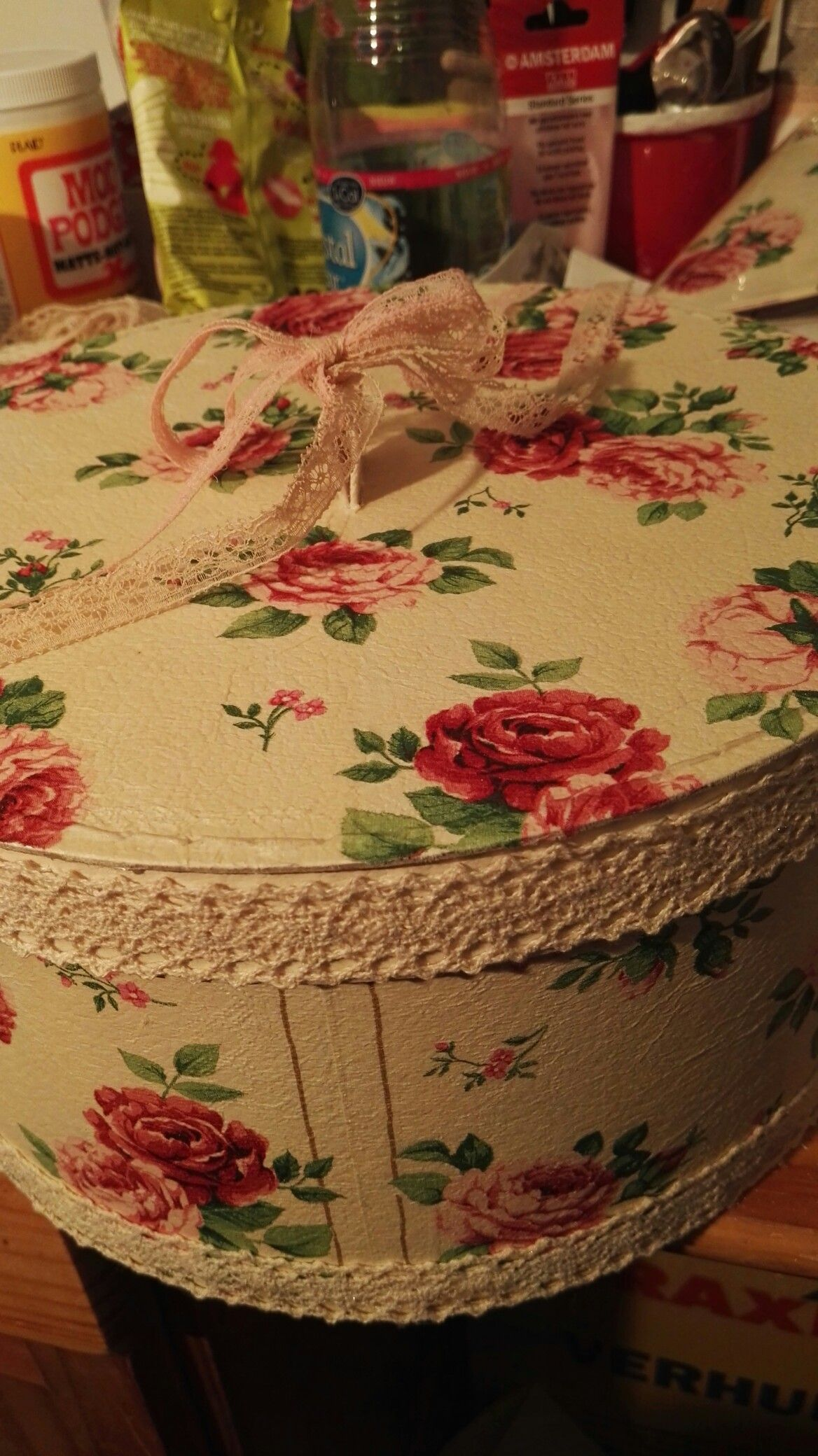 Bewaar doos opgepimpt met servetten, afgewerkt met band.