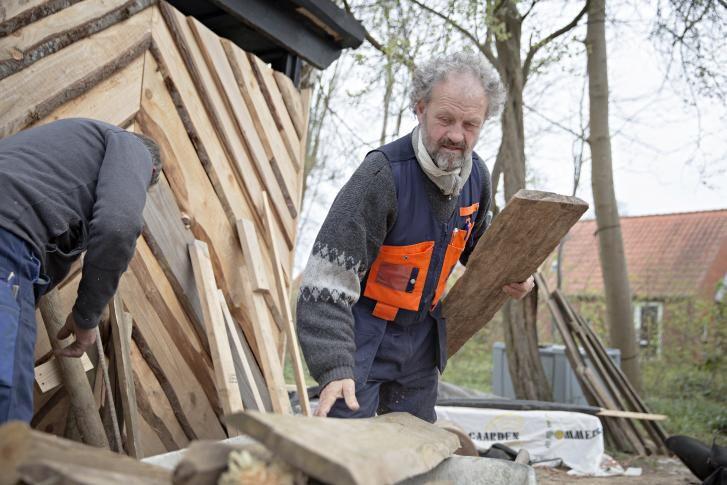 Pioneren fra Friland, Steen Møller, er 62 år og i gang med et nyt projekt, der skal genopfinde de gamle erhverv. Der er viden nok. Vi skal genlære det praktiske og handle, siger han. Her fortæller han om sit verdenssyn og om at være ildsjæl med et så stærkt afhængighedsforhold, at det ind imellem bliver lidt sygt .