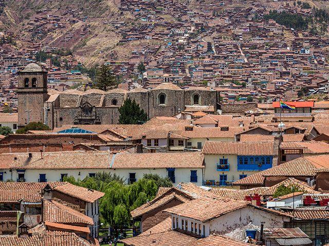 文字を持たずして高度な農耕技術や文明を築き、15世紀には南米大陸の太平洋沿岸を制した大国、インカ帝国。その都が置かれたクスコの街並みは、インカ古来の石組みとスペイン風のコロニアル建築が融合している。
