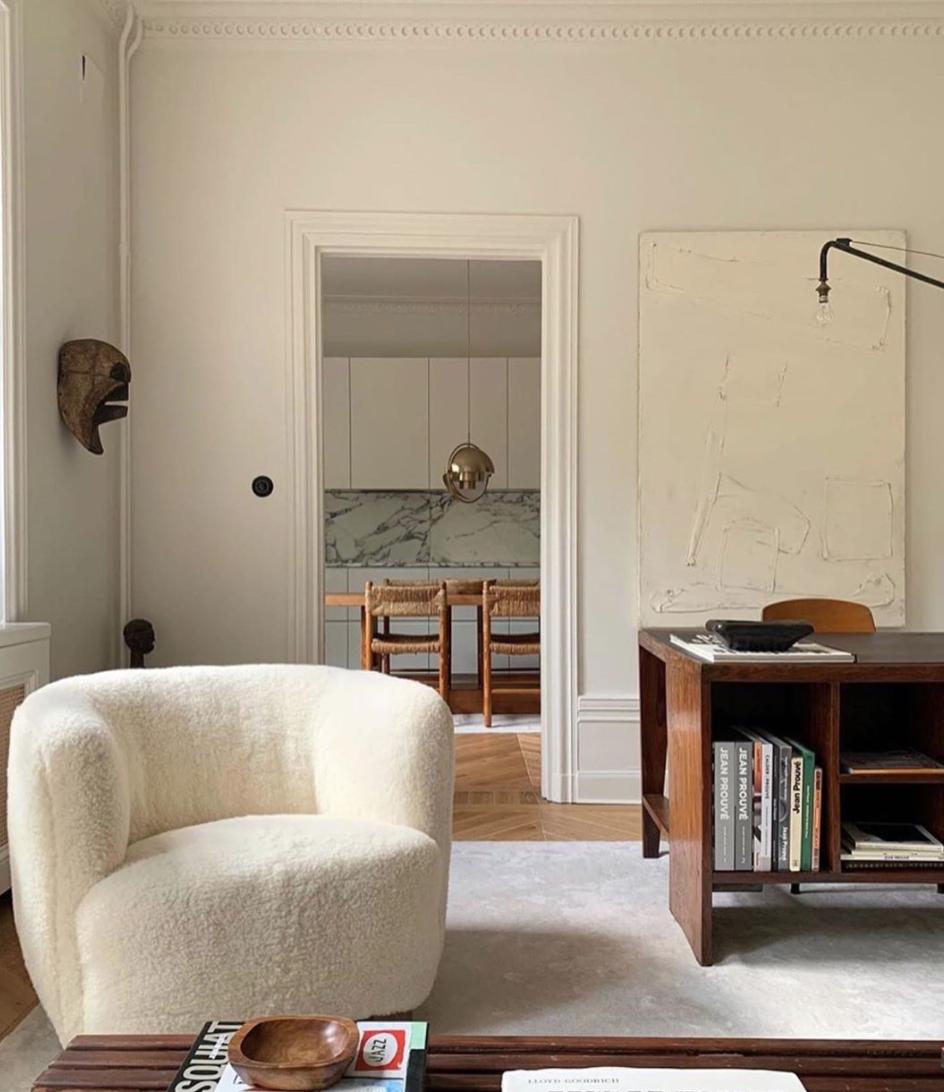#interiors #interiordesign #design #home @fredrikkarlssoninteriors #elegance #frenchmodernism #midcenturyfurniture #midcenturymodern #pierrejeanneret #charlotteperriand #jeanprouve #jeanroyere #homedecor #decor #theworldofinteriors #inspiration