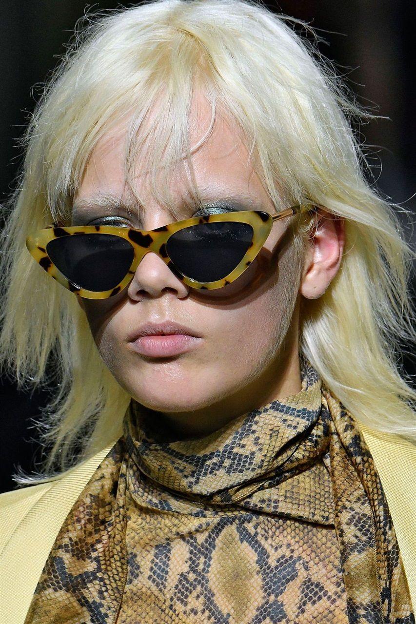 e8792db4cd811 Al mare così come in città l accessorio cult per affrontare il bel tempo  sono proprio i sunglasses.  TOPSHOP UNIQUE