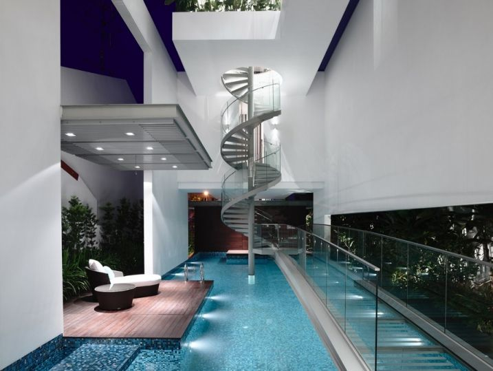Maison moderne avec une magnifique piscine intérieure ...