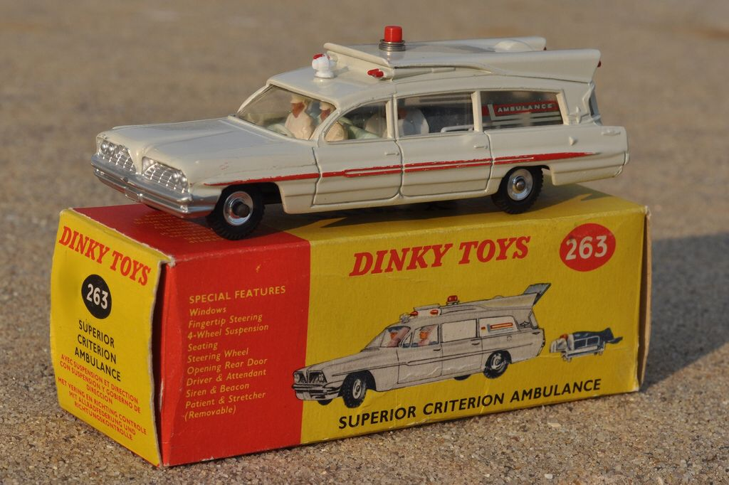 dinky toys 263 pontiac superior ambulance toy car pinterest jouets vintage and vintage. Black Bedroom Furniture Sets. Home Design Ideas