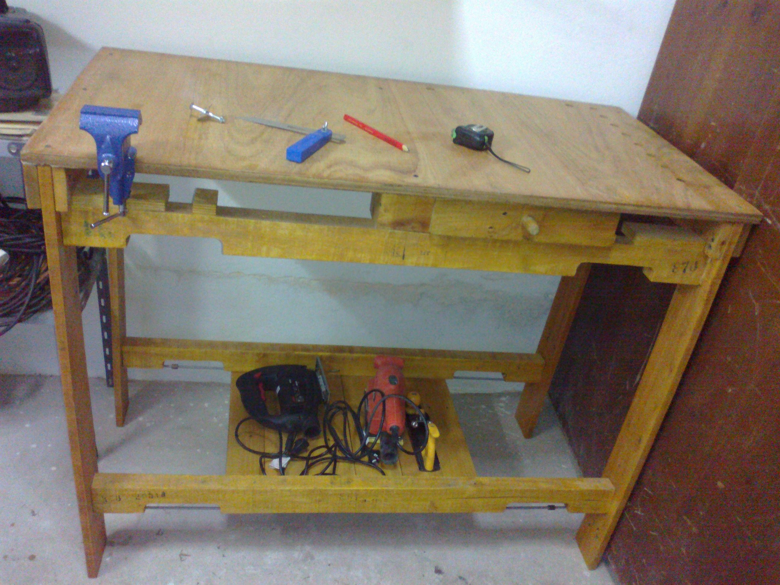 Mesa de carpintero construída totalmente con maderas de pallets. Carpenter table entirely built with wood from pallets.