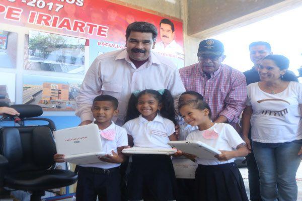Maduro entrega canaimitas
