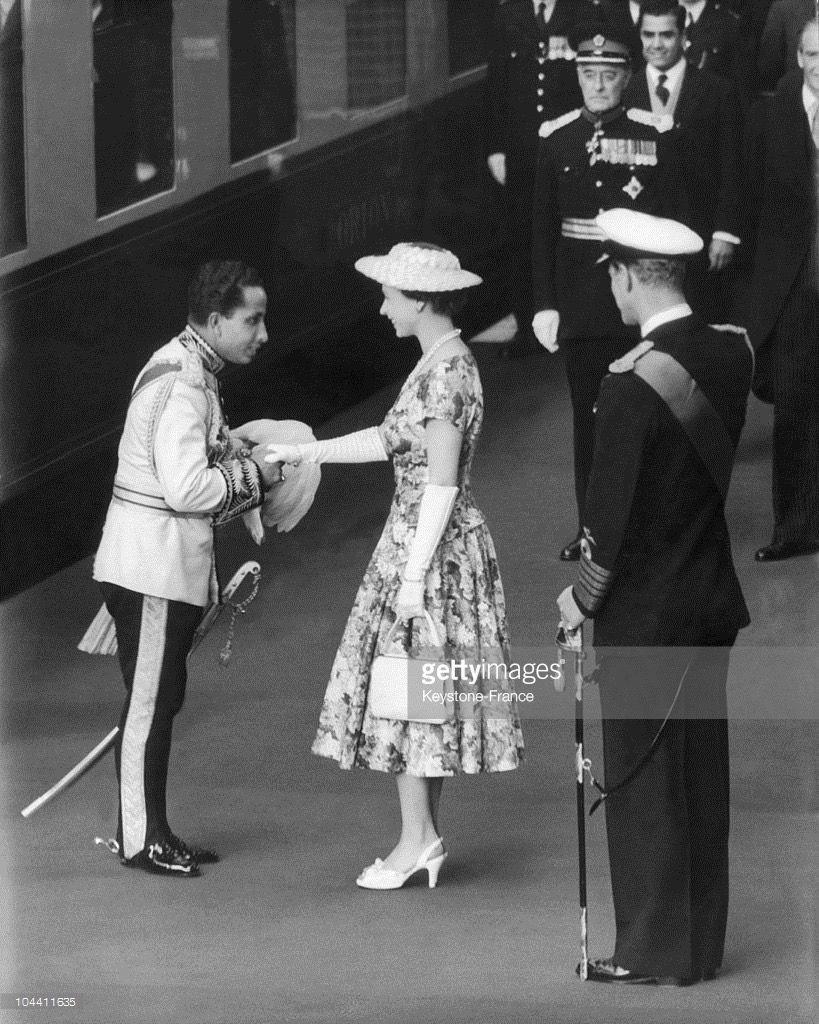 الملكة الشابة إليزابيث الثانية والى جنيها زوجها فيليب وهي تستقبل الملك الشاب فيصل الثاني ملك العراق في محطة فيك Queen Of England Elizabeth Ii Queen Elizabeth