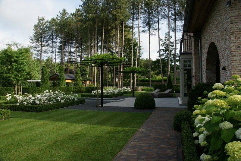 Een strakke tuin herken je aan de zuivere lijnen en de grote groene