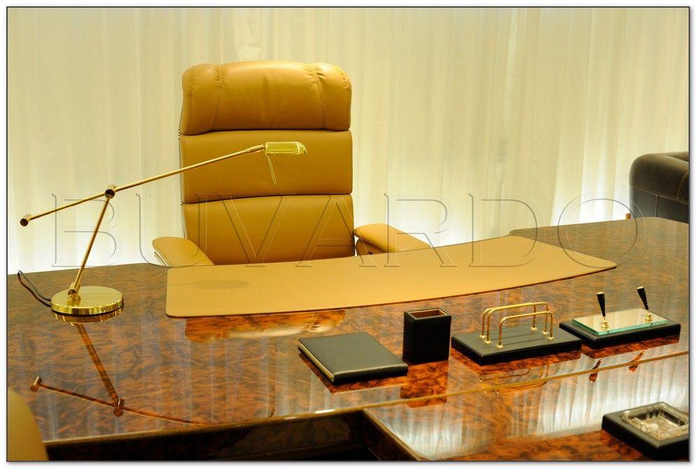 Бювар на стол в кабинет руководителя. Бюваром мы называем накладку на стол для удобства письма и интерьерный аксессуар.Бювар изготовлен на заказ. Фото с сайта Купи Бювар.