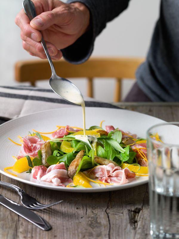 Salade van veldsla met sinaasappel, pancetta en geroosterde aardpeer