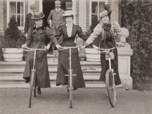 Bild:   English Photographer - Three women on bicycles, early 1900s (b/w photo)