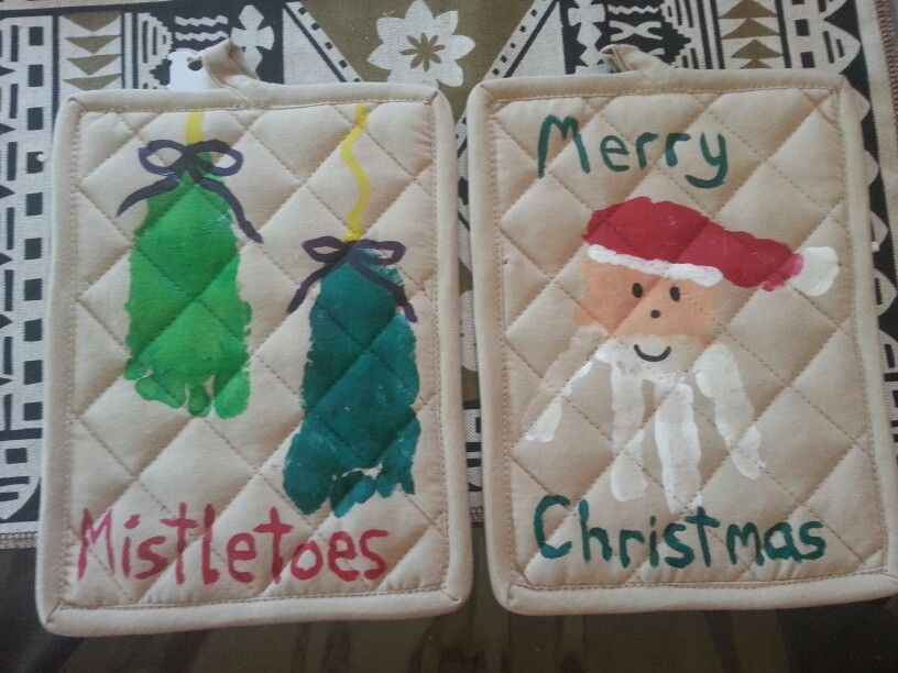 Mistletoe footprint Santa handprint Christmas present gift Potholders using fabric paint #mistletoesfootprintcraft