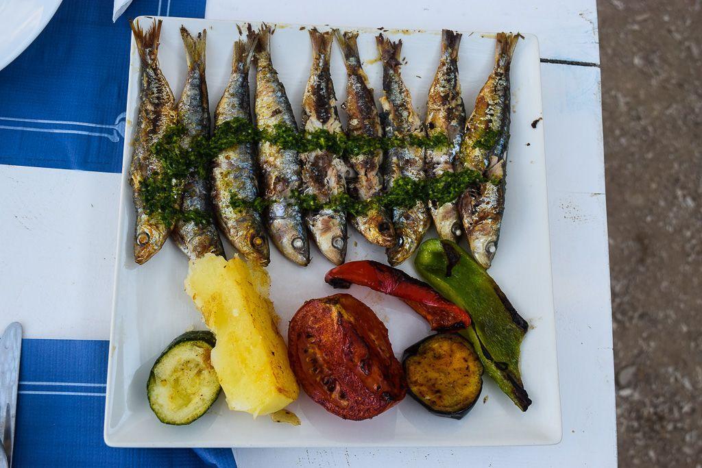 Sardines grillées à Utopia, un charmant chiringuito à Port de Sant Miquel | © Yonder