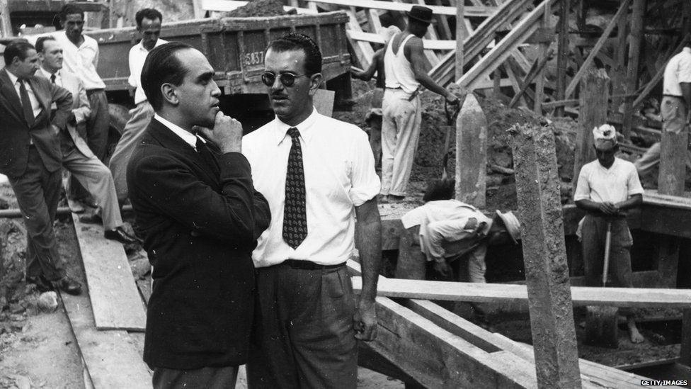 Oscar Niemeyer nasceu em uma família de classe média alta no Rio de Janeiro em 1907. Após a formatura, na metade dos anos 1930, começou a trabalhar em um escritório de arquitetura.