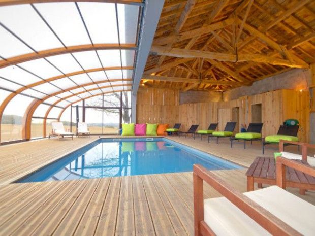 Un abri en bois ferme un hangar pour une piscine dedans dehors