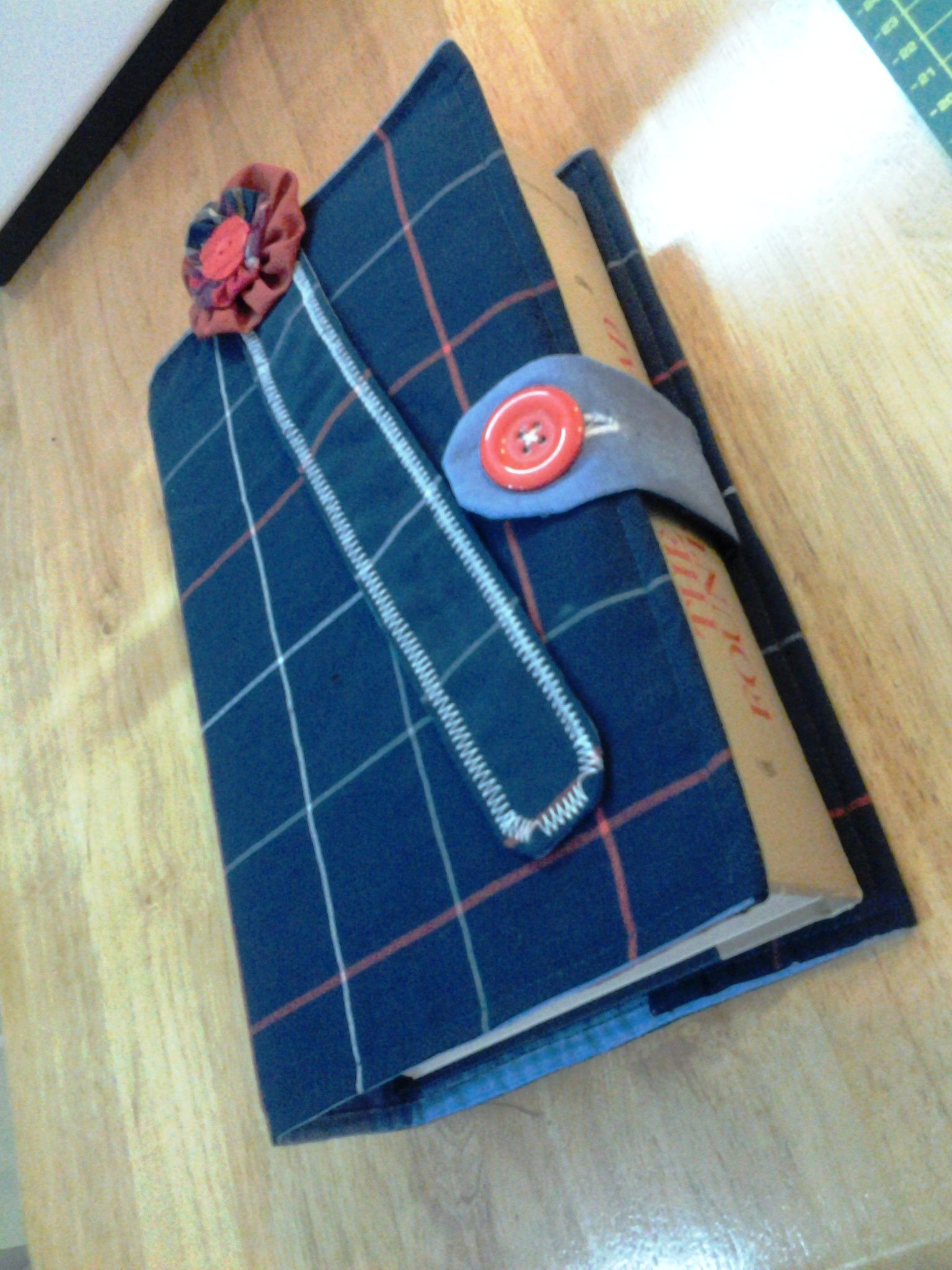 Easy DIY fabric bookcover & bookmark I made these
