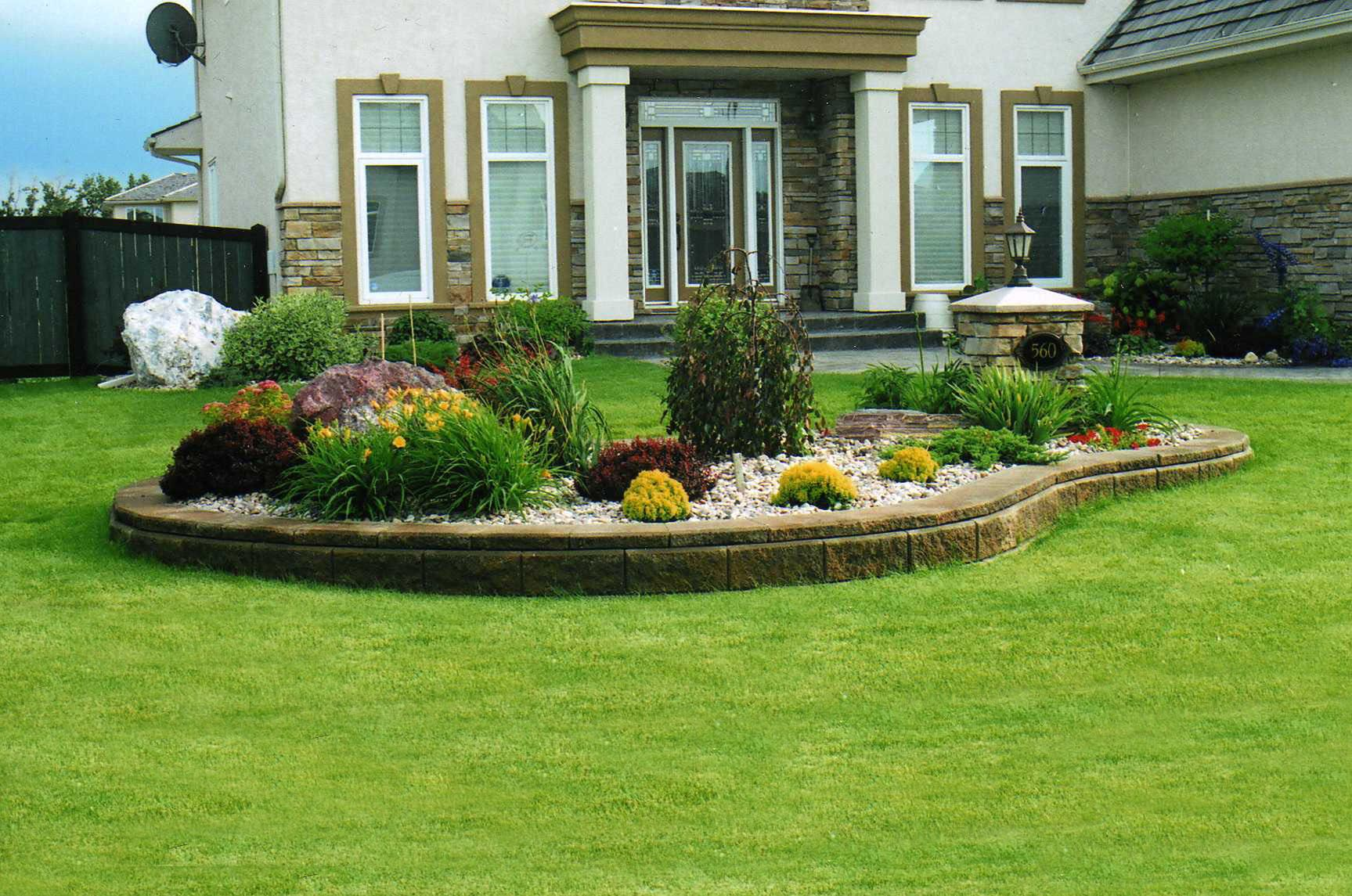 Flower bed landscaping ideas small flower bed garden for Outdoor garden ideas house