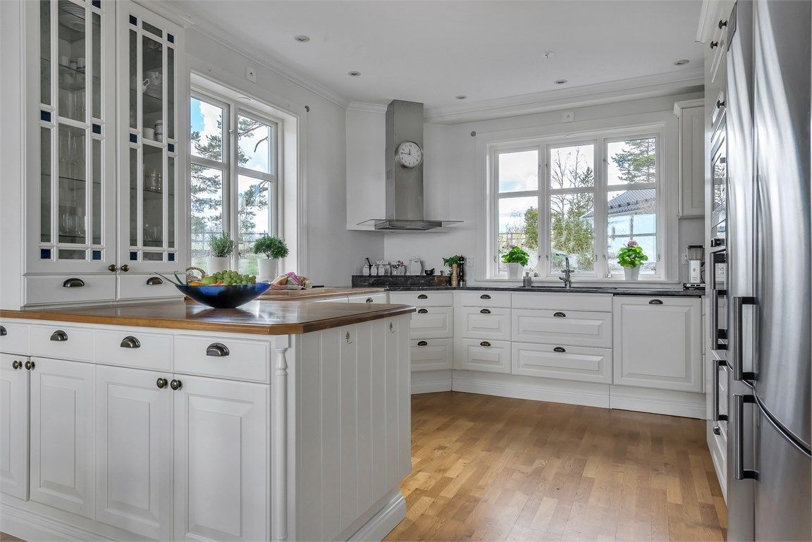 Kök stenskiva kök : Ballingslövskök med bänkskiva av granit och massiv ek. Lättarbetat ...