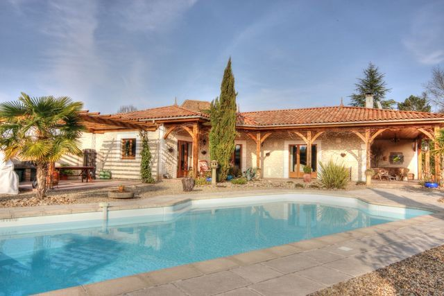 Very attractive contemporary stone house with annex and pool in a great location near Chalais: 388500 https://t.co/Lh99dcspqg