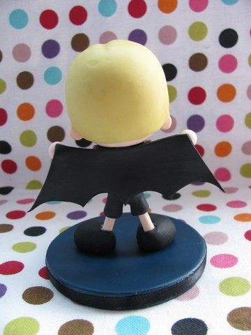Este bonequinho foi criado para presentear meu outro sobrinho, o Thomas, irmão mais velho do Arthur. Ele tem 3 anos e adora usar uma fantasia de Batman!  Altura: 13 cm Diâmentro da base: 8 cm  Para receber orçamentos e informações, por favor escreva para tiyemicriacoes@gmail.com