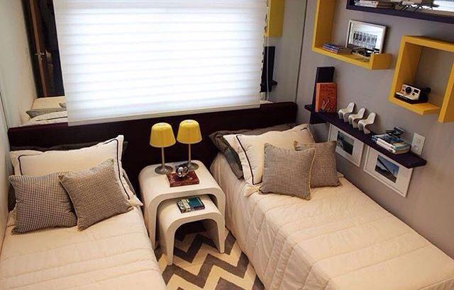 tapete, detalhes em amarelo nas caixas de madeira na parede e no abajur