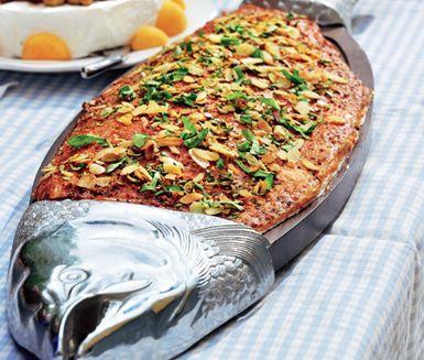 Den perfekta buffélaxen! Köp hem varmrökt lax i bit och piffa med ett knaprigt strössel på rostade mandelspån, persilja, parmesan och citron. Värm gärna fisken före servering.