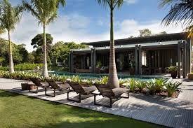 Resultado de imagem para casas com paisagismo e piscina