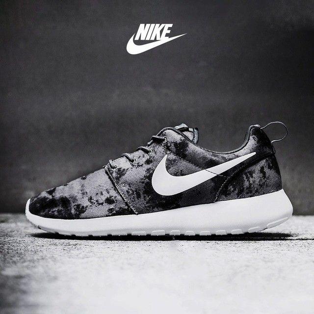 Nike Roshe Exécuter Entrepôt De Formateurs Imprimé En Noir Et Blanc amazone discount vraiment la sortie dernière idj7uos