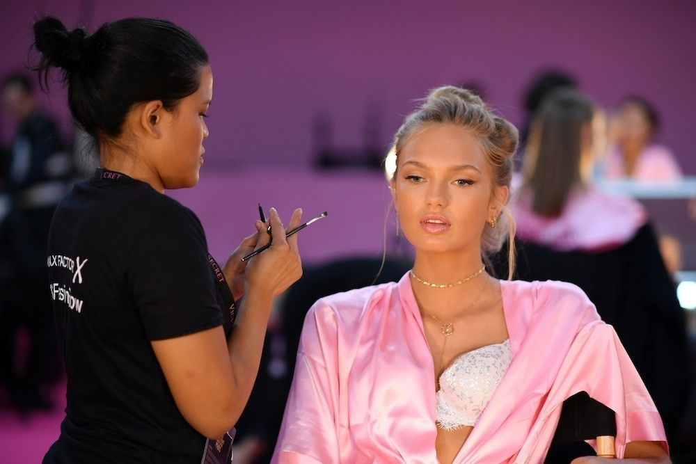 Make Up Stoel : Romee strijd neemt plaats in de stoel van de make up artist. de