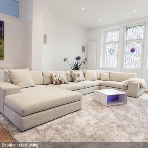 die einrichtung des wohnzimmers ist überwiegend in weiß gehalten ... - Einrichtung Winterlich