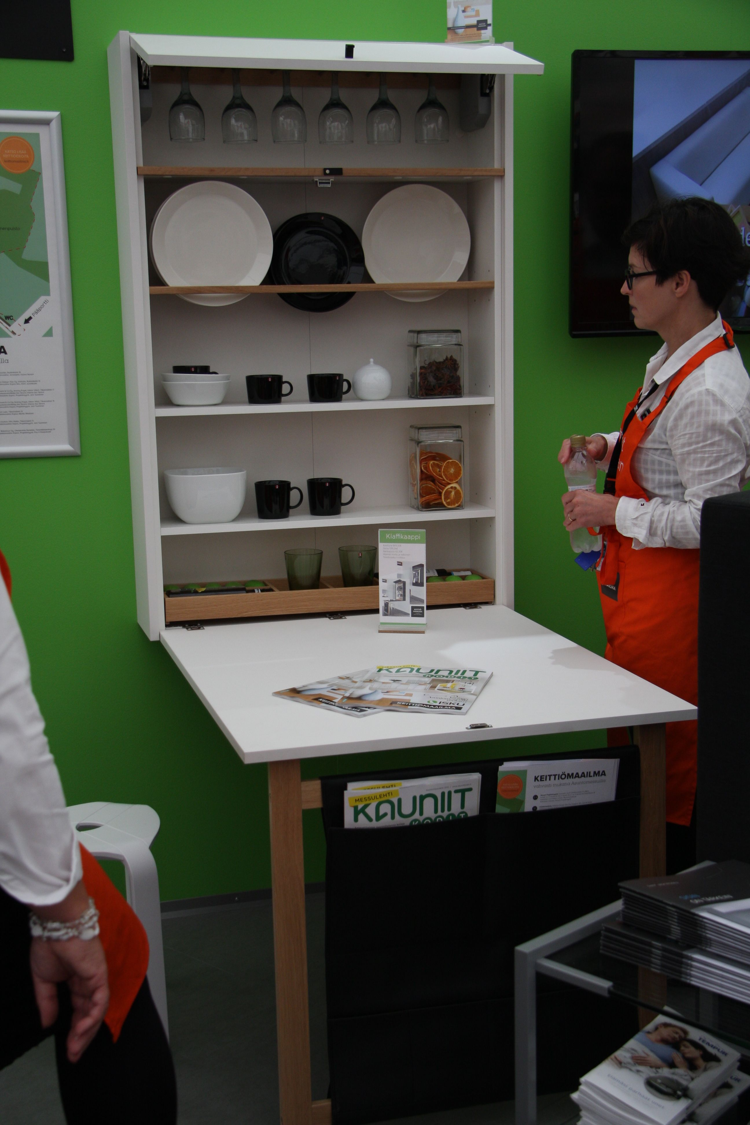 Keittiömaailma Asuntomessuosastoa 2015. Käytännöllinen pienen tilan ratkaisu - klaffikaappi. #size0kitchen #asuntomessut2015
