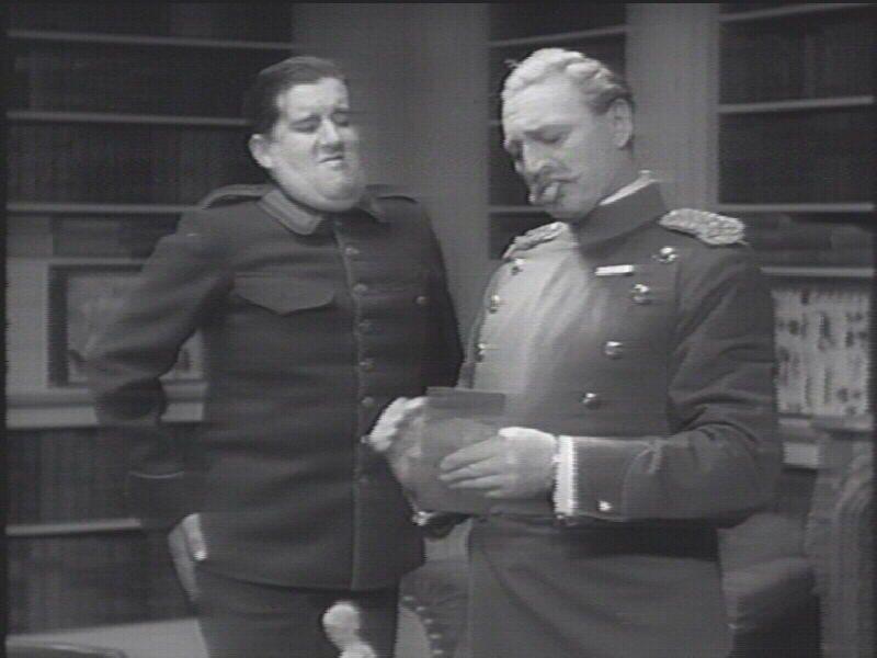 som oberstens oppasser Jens, i De blå drenge fra 1933. (her sammen med Johannes Meyer)