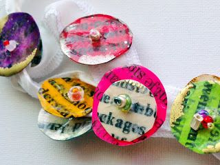 des boutons colorés en papier