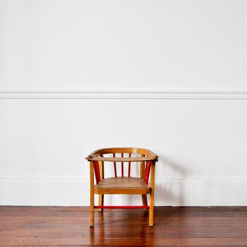 Adorable petit fauteuil Baumann des années 40.Il possède une tablette pivotante et ses couleurs sont d'origine. Un classique du genre.Hauteur : 35 cmAssise : 20 cmProfondeur : 31 cmLargeur : 34 cm