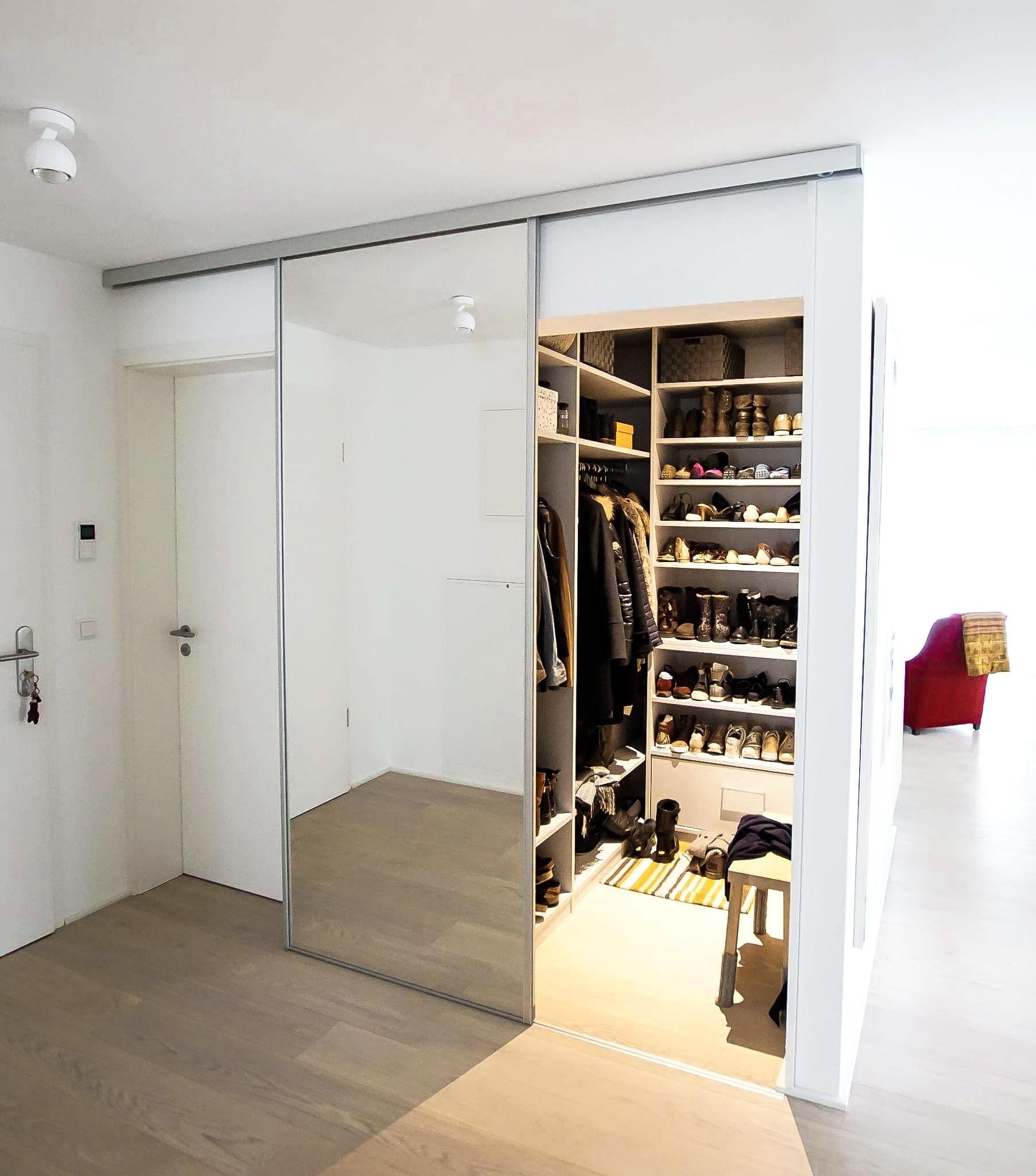 Begehbarer Kleiderschrank Mit Raumteiler Begehbarer Kleiderschrank Garderobenraum Begehbarer Kleiderschrank Dachschrage