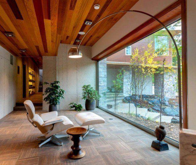 plafond-design-parquet-stratifie-lampe-plafond-fauteuil-repose-pieds