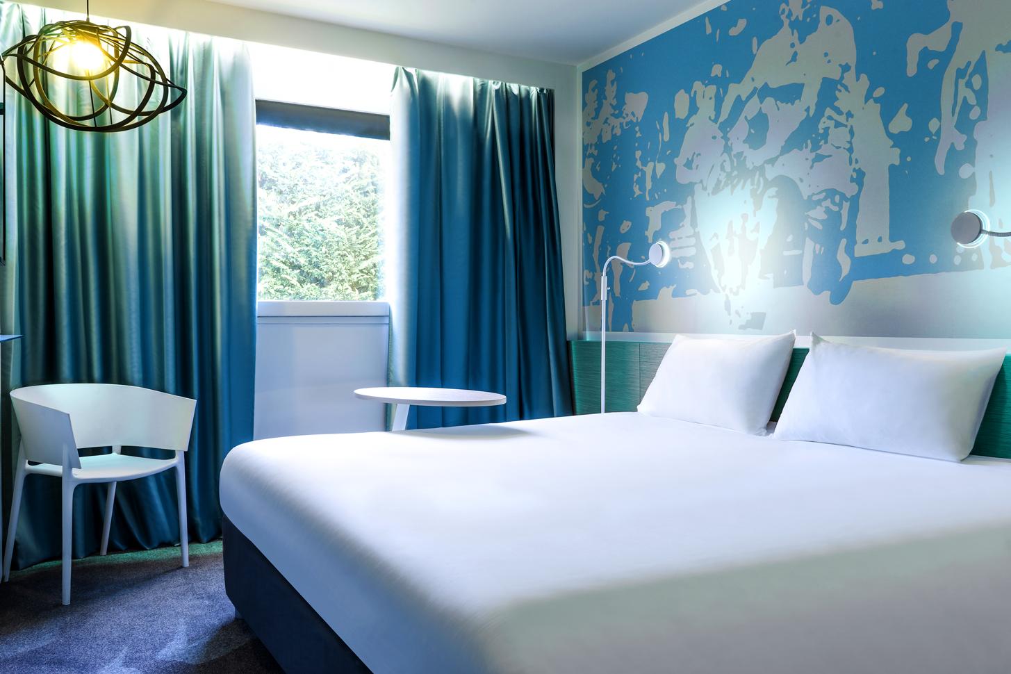 Une Ambiance Bleue Zen Place A La Serenite Dans La Chambre A L Ibis Styles Ouistreham Blue Rooms Budget Hotel Hotel