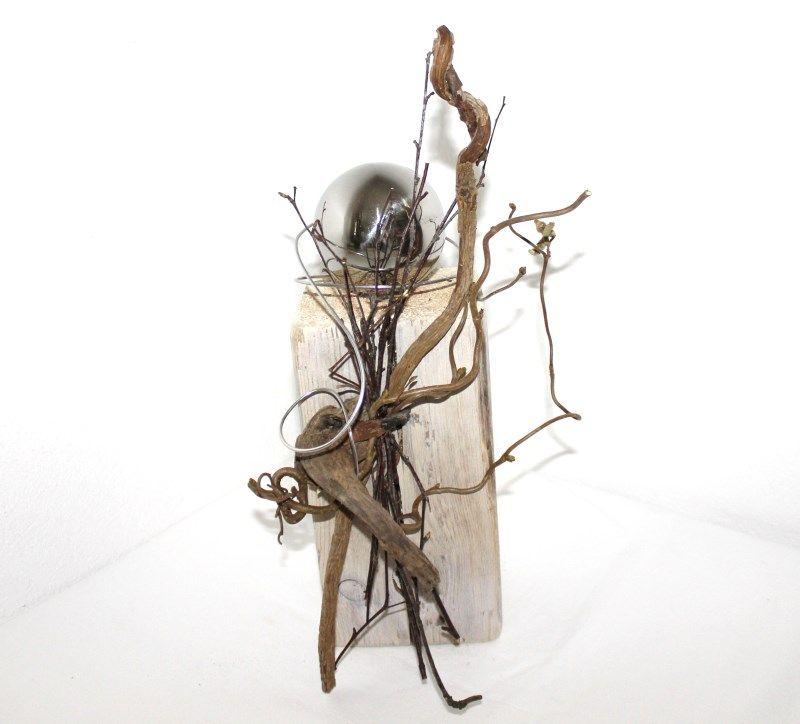 Holzsäule mit Edelstahlkugel, dekoriert mit Material aus der Natur, weiß gekalkt – Unikat!!  Höhe: ca. 30cm,   Preis: 30€