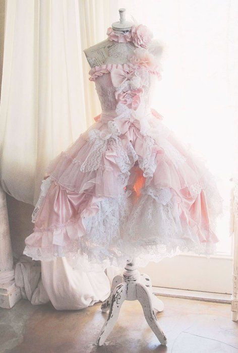 lolita dress... How do they get the skirt to stck out like that? I don't see a petticoat?
