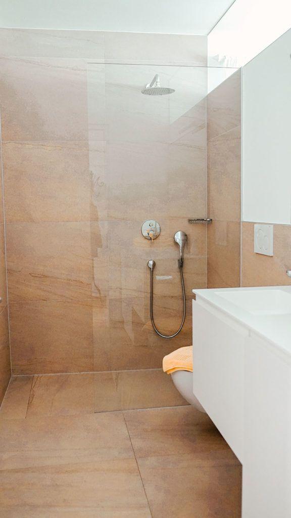 Lana Tinellin In Der Dusche
