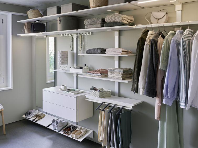 Ein Elegantes Ankleidezimmer Oder Nur Eine Ecke Im Schlafzimmer Fur Beides Gilt Pecasa Passt Schone Kleider Wollen S Ankleide Schrank Regale Ankleide Zimmer