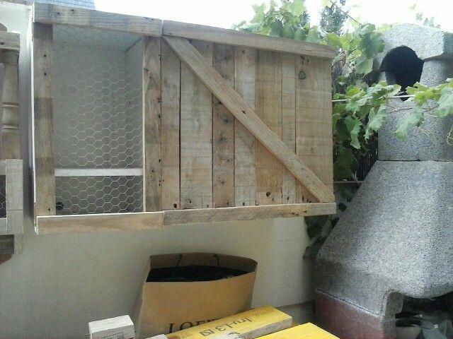 Viejo mueble de cocina puertas hechas con tela de gallinero y ...