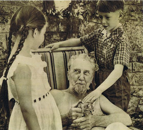 Ezra Pound junto a seus netos Patrizia e Walter Siegfried.