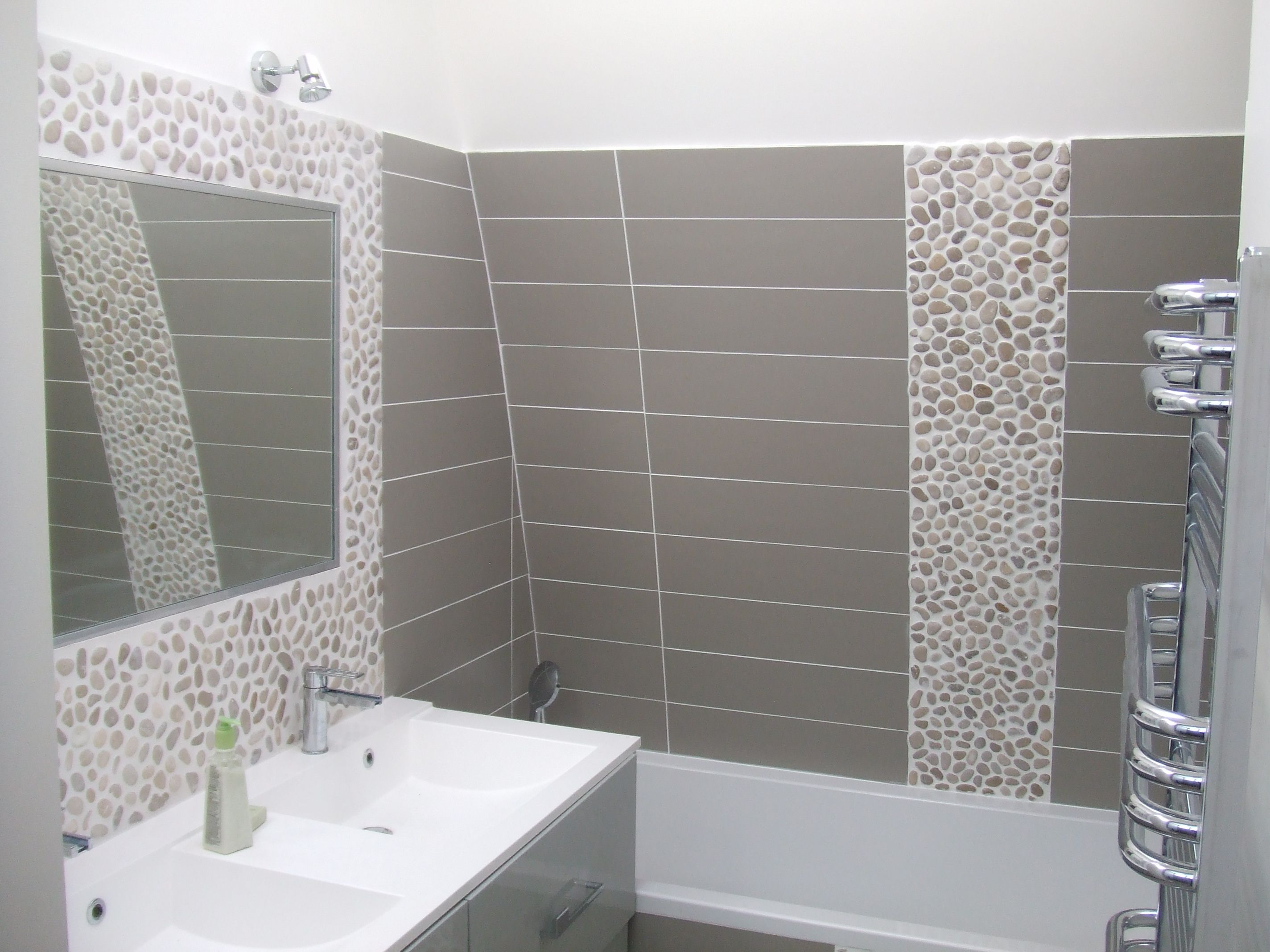 Salle de bain ton gris, galet couleur crème. www.pierreetgalet.com ...